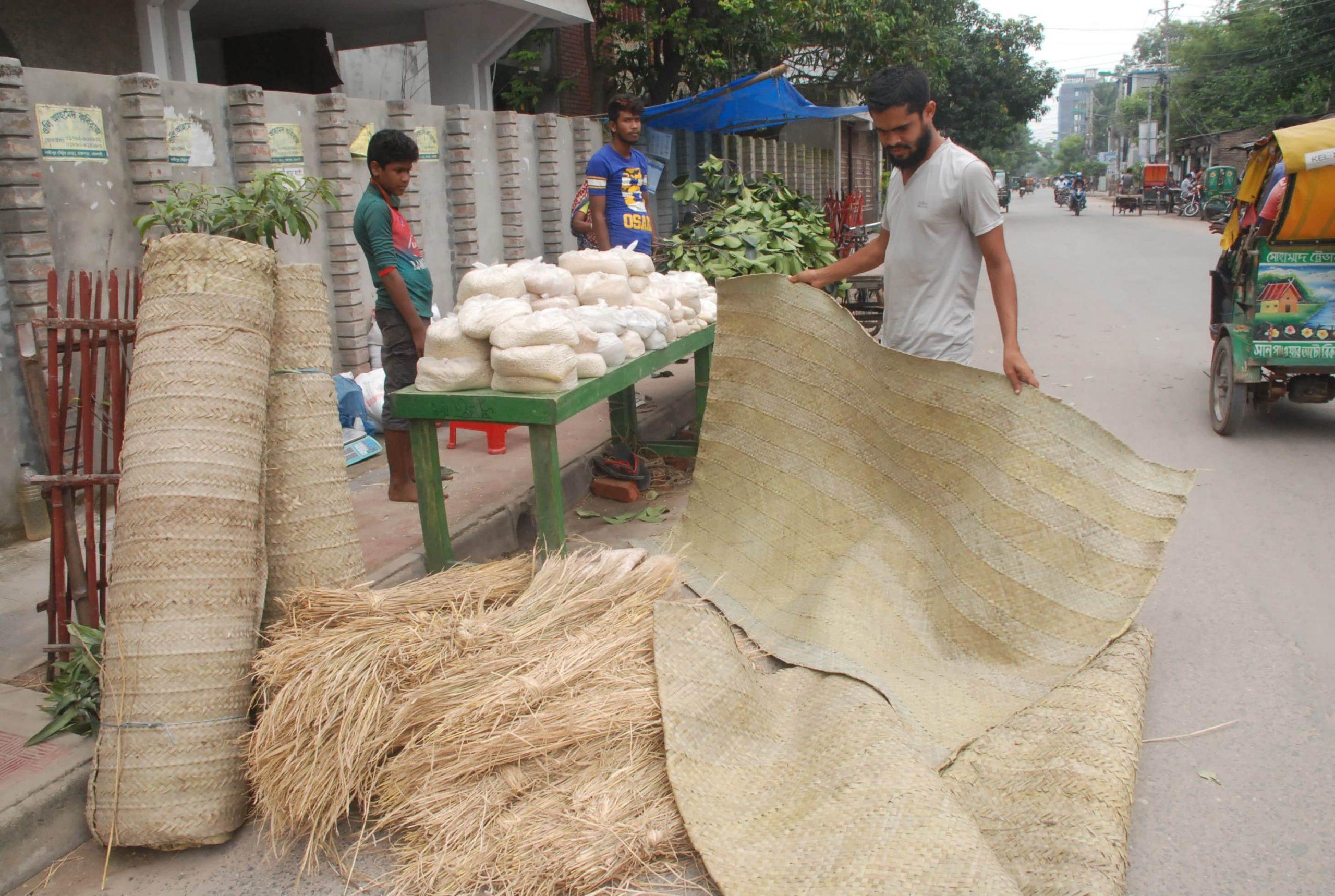 রাজশাহীতে বিক্রি হচ্ছে কোরবানীর পশুর গোস্ত তৈরীর উপকরণ