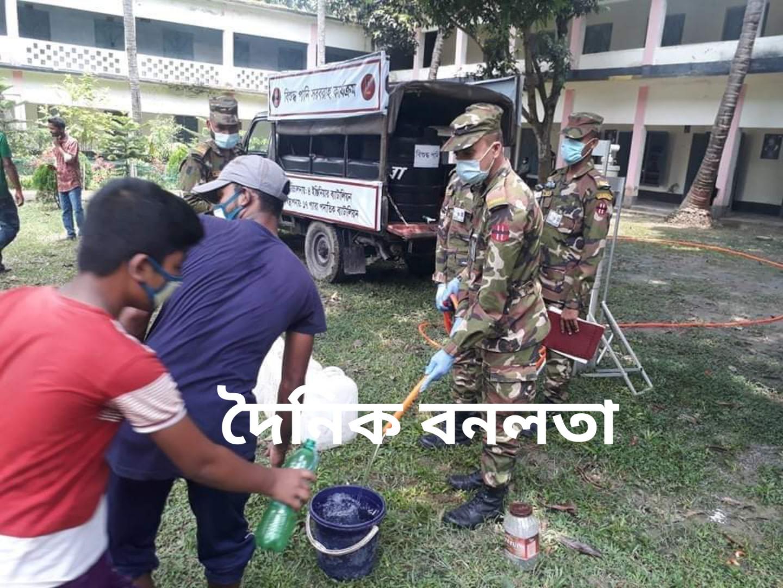 নাটোরের সিংড়ায় বন্যার্তদের মাঝে সেনাবাহিনীর বিশুদ্ধ পানি সরবরাহ:-